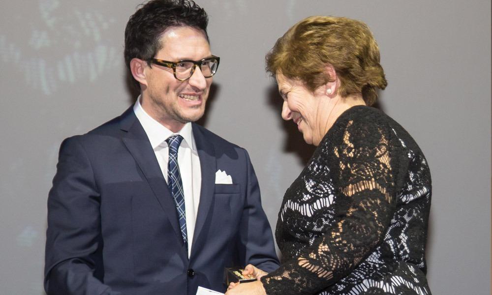 Nuno Carvalho entrega prémio a Maria Luisa Roque ( viúva do Homenageado Comendador Engº Adolfo Roque)
