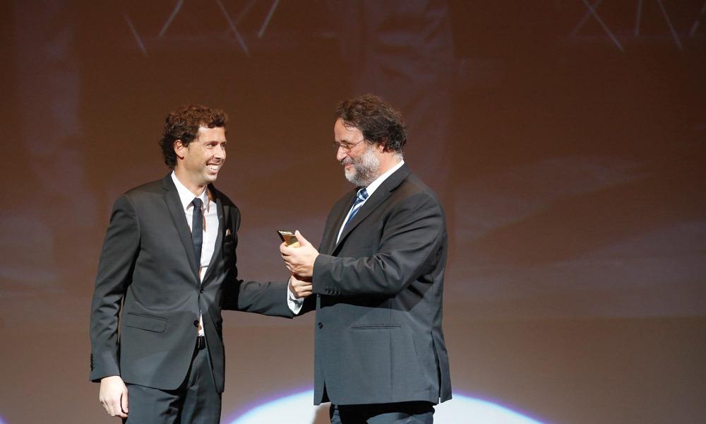 Adriano Carreira entrega prémio a Gil Nadais (AgitÁgueda)