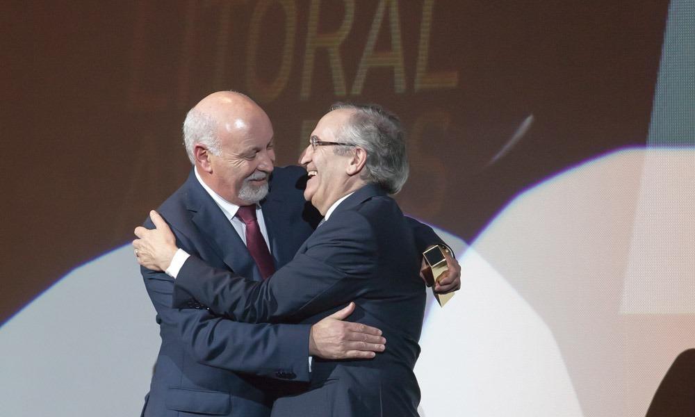 Fernando Caçoilo entrega prémio a António Bagão Félix