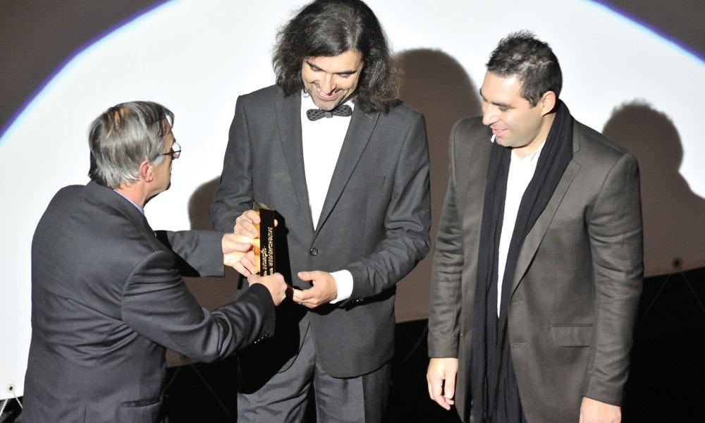 Manuel Assunção entrega prémio a Francisco Mendes e Jorge Pinto (beeVerycreative)