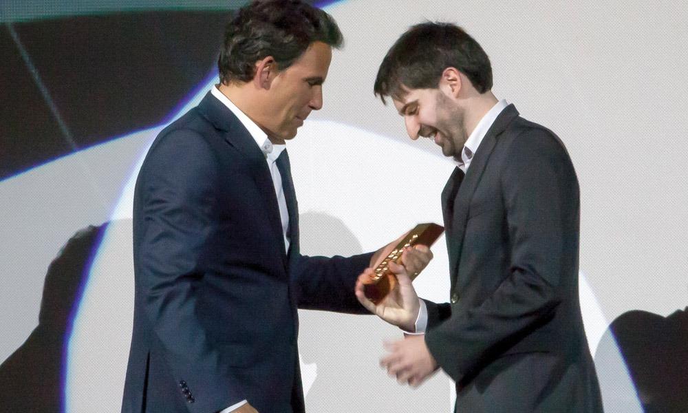 Ricardo Vieira de Melo entrega prémio a Gonçalo Faustino (Maldita)