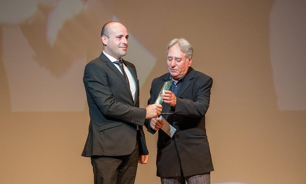 Pedro Pires entrega prémio a José Vitor Cruz (pai de Jorge Cruz - Diabo na Cruz)