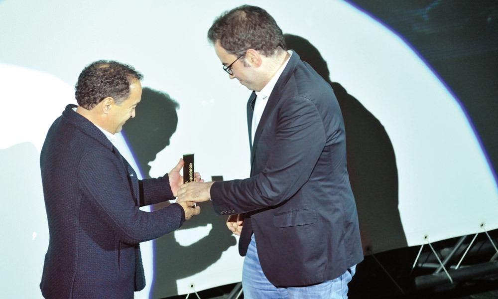 Joaquim Cruz entrega prémio a Vasco Sacramento (Sons em Trânsito)