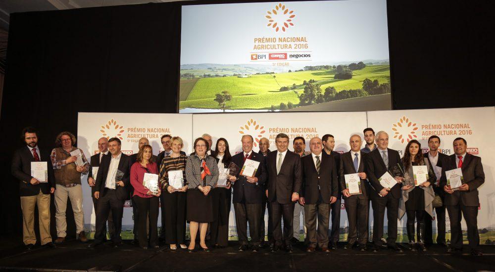 Todos os premiados ao lado da administradora do BPI, ao presidente do Grupo Cofina e do Ministro da Agricultura.