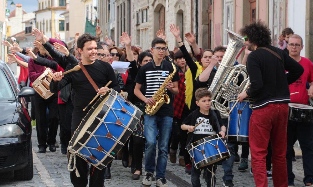 A orquestra da Bida Airada, projeto a cargo do grupo Onda Amarela - litoral magazine