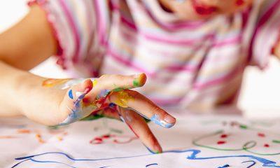 Criança a pintar com as mãos
